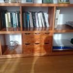 drewniana polka na dokumenty